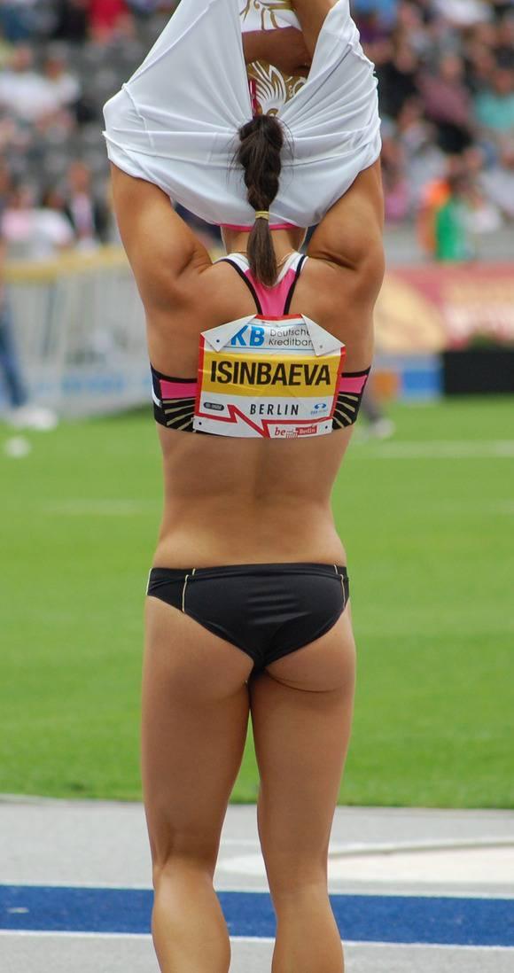 鍛えぬかれた女子アスリートの太ももで足コキされたいスポーツエロ画像 557