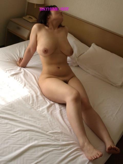 皮膚の張りがなくなり垂れつつある人妻熟女の素人エロ画像 583