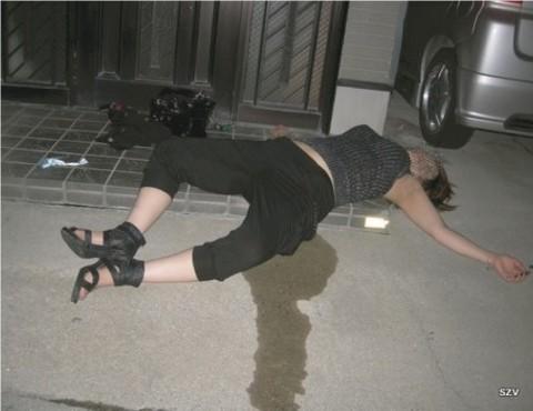 泥酔して道端に倒れこんでやらかしてる素人娘のエロ画像 591