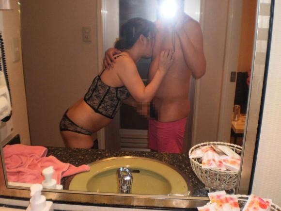 鏡越しにセフレや彼女や奥さんとのセックスをハメ撮りしてる素人エロ画像 616