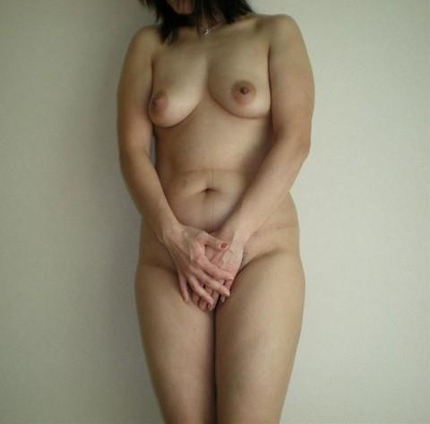 皮膚の張りがなくなり垂れつつある人妻熟女の素人エロ画像 681