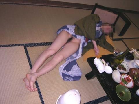 泥酔して道端に倒れこんでやらかしてる素人娘のエロ画像 689