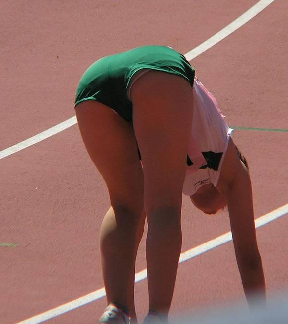 鍛えぬかれた女子アスリートの太ももで足コキされたいスポーツエロ画像 748