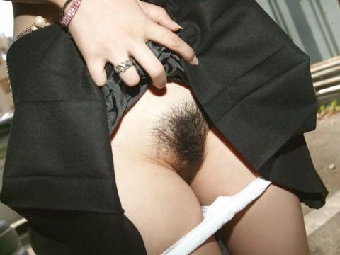 濃い陰毛のおかげでより一層グロまんこになってる素人娘のエロ画像 785