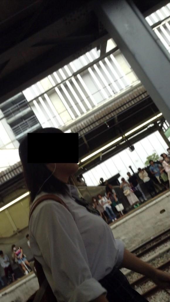 女子校生の制服がもっこりしてる街撮り着衣の巨乳おっぱいエロ画像 84