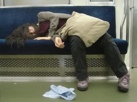 泥酔して道端に倒れこんでやらかしてる素人娘のエロ画像 882