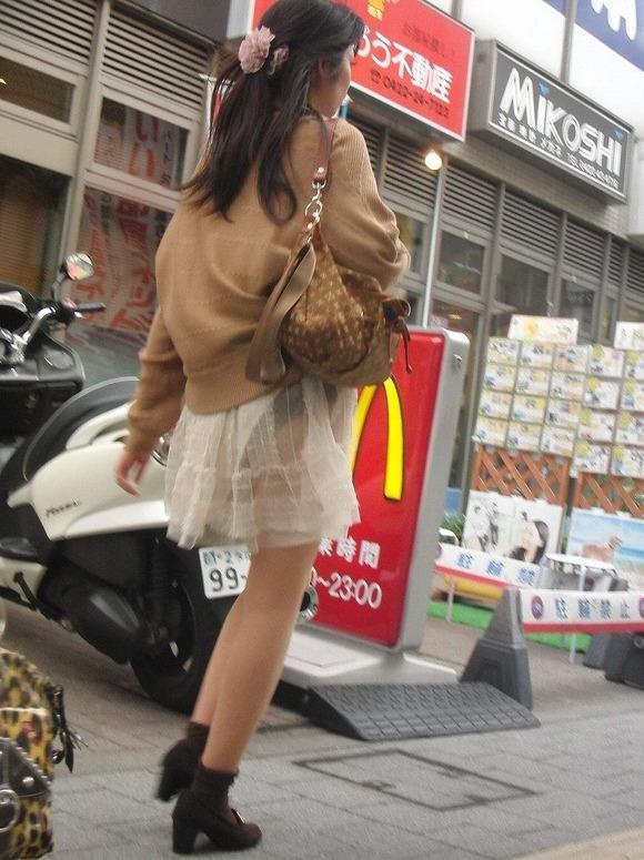 街撮りされたお姉さんのパンティーラインが透けてるお尻の素人エロ画像 934