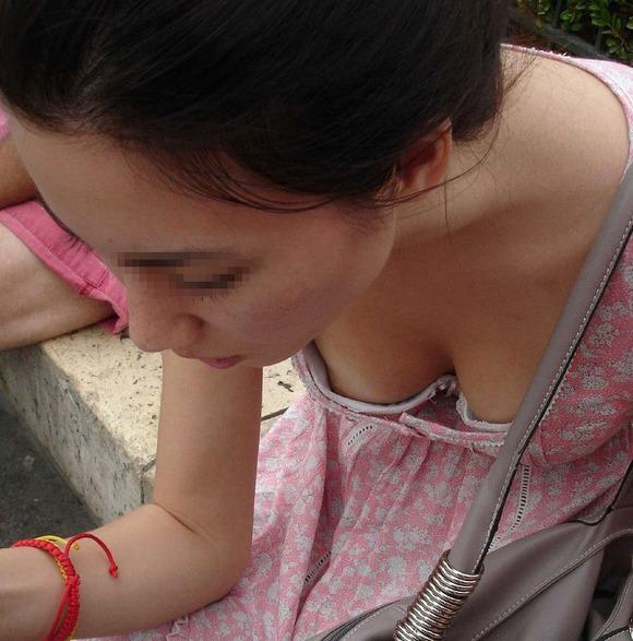 乳房の膨らみから乳首の色や形を想像したくなる素人の胸チラエロ画像 970