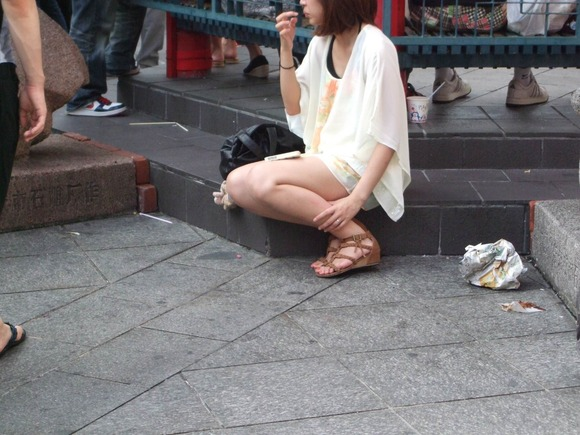 見るなと言いながら男の視線を楽しむ素人娘達の街撮りエロ画像 117
