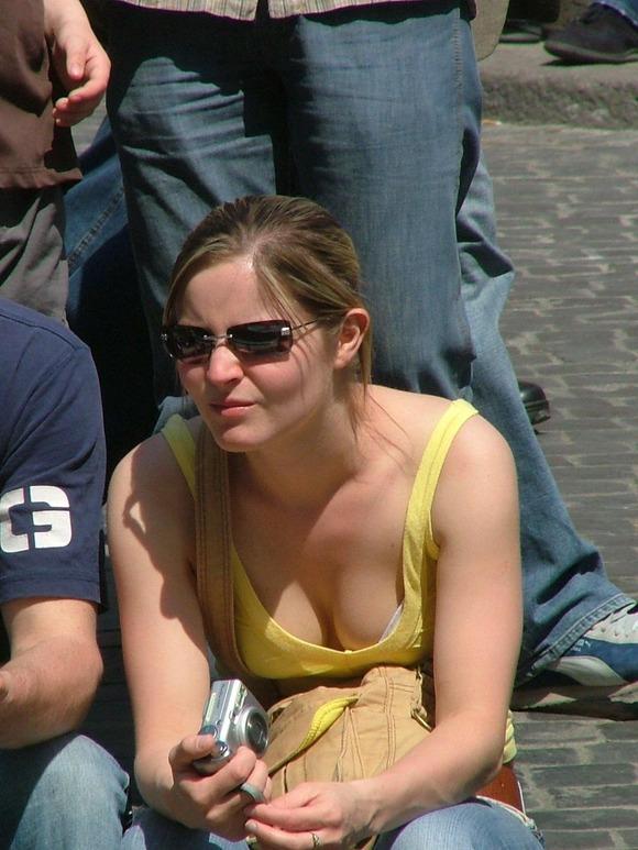 パンチラとか胸チラのレベルが桁違いな素人外人の街撮りエロ画像 1414