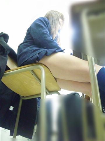 女子校生のミニスカからのぞくお尻や太ももやパンチラのエロ画像 16