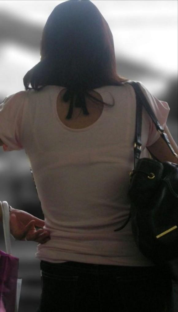 気温が上がって薄着してるお姉さんの透けブラ素人エロ画像 169