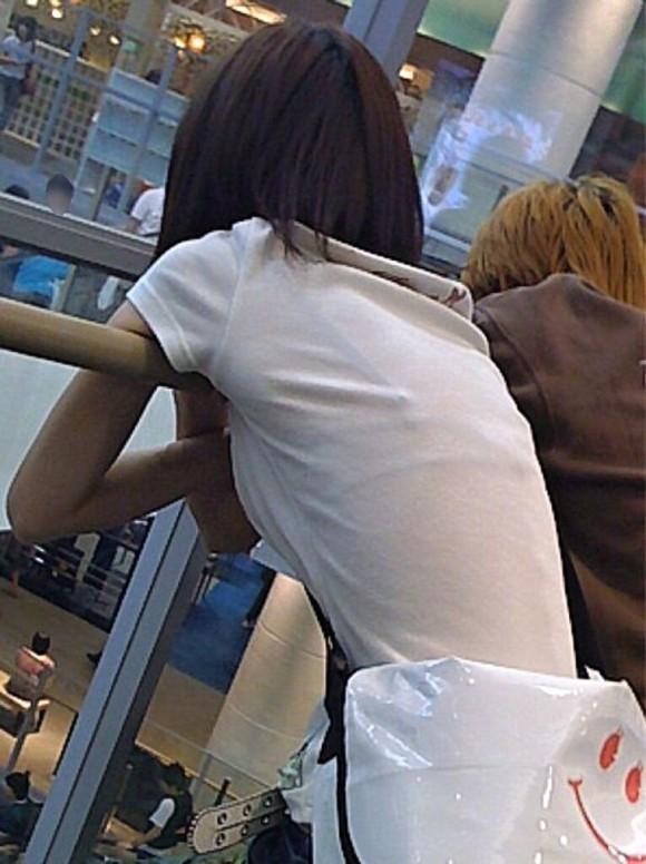 気温が上がって薄着してるお姉さんの透けブラ素人エロ画像 189