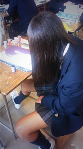 女子校生のミニスカからのぞくお尻や太ももやパンチラのエロ画像 19
