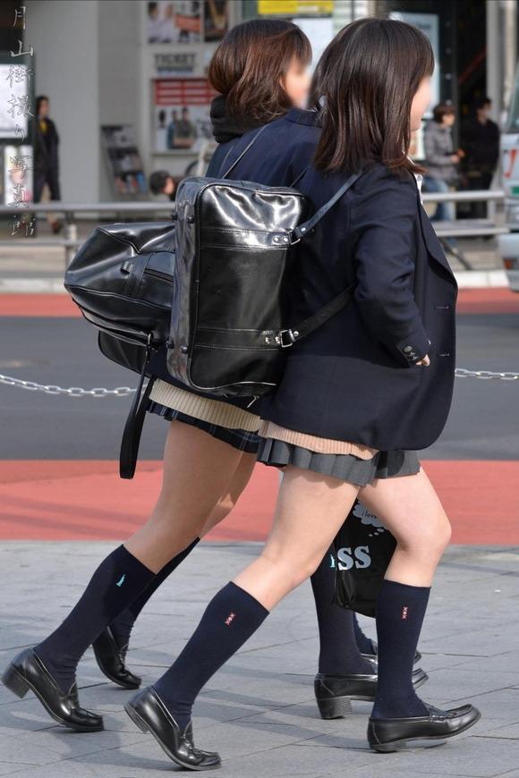 肉がパンパンに詰まった女子校生の太もも街撮り素人エロ画像 2027