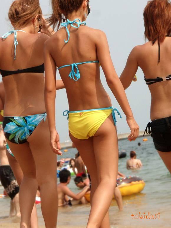 夏の砂浜でビキニを着るとみんなギャルに見えるエロ画像 2045