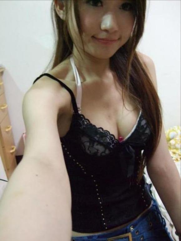 室内で巨乳おっぱいとかパンチラ見せてくれる素人娘のエロ画像 2129