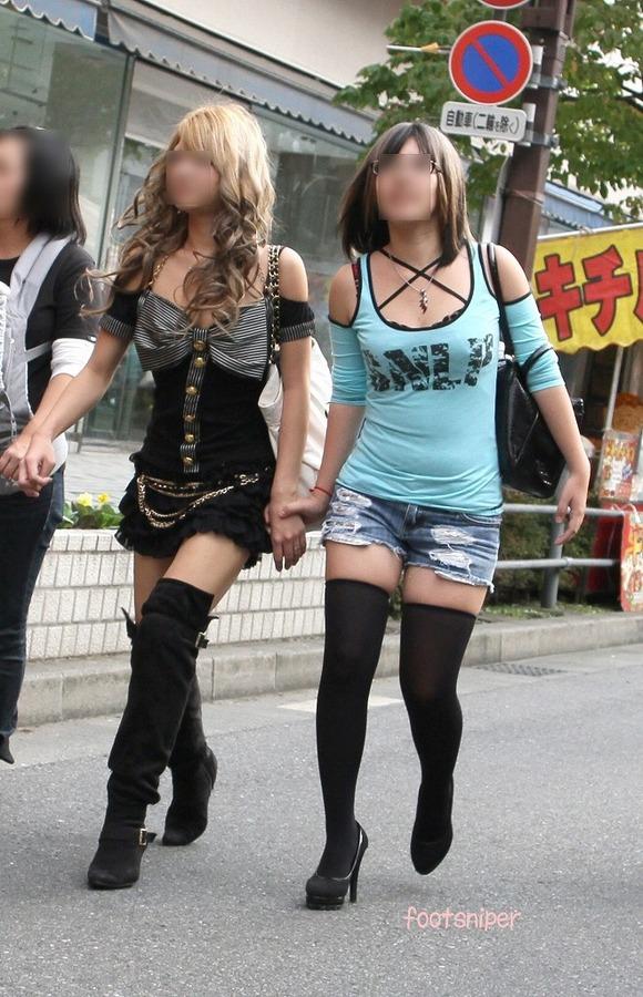 見るなと言いながら男の視線を楽しむ素人娘達の街撮りエロ画像 215
