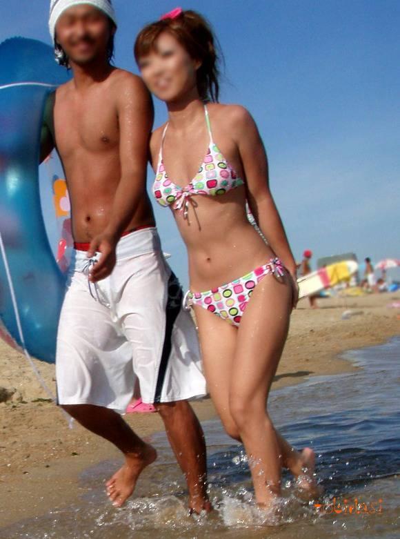 夏の砂浜でビキニを着るとみんなギャルに見えるエロ画像 2163