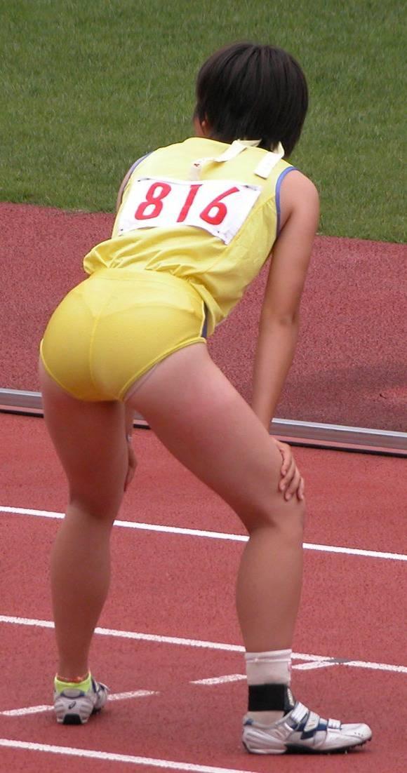 陸上部の女子がユニホームを着て汗を描いてる素人エロ画像 2212