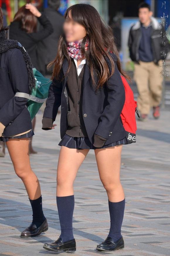 肉がパンパンに詰まった女子校生の太もも街撮り素人エロ画像 2325