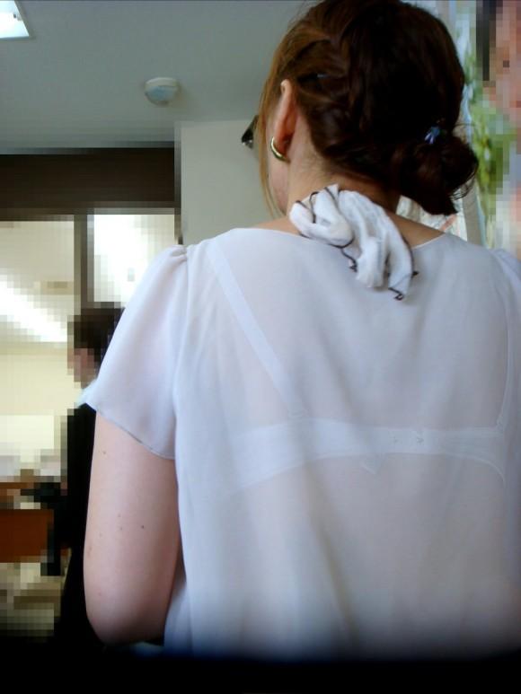 気温が上がって薄着してるお姉さんの透けブラ素人エロ画像 237