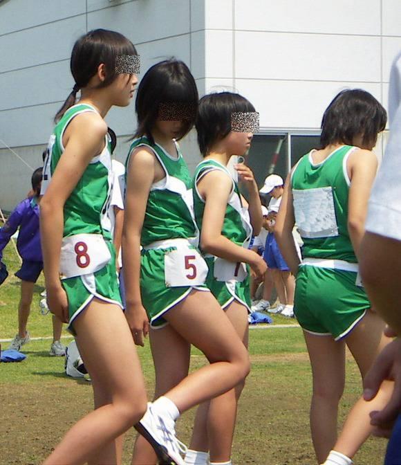 陸上部の女子がユニホームを着て汗を描いてる素人エロ画像 239