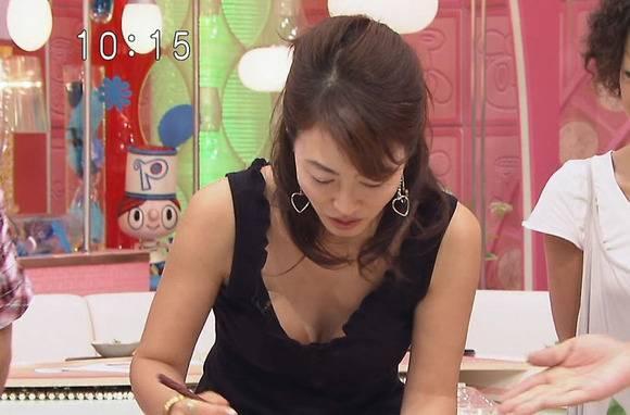 美人OLの女子アナがテレビでエッチな姿を披露するキャプエロ画像 2418