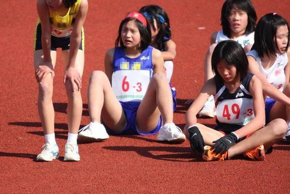陸上部の女子がユニホームを着て汗を描いてる素人エロ画像 249