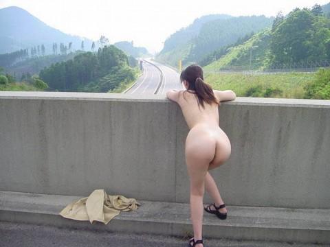 取り敢えず出しとけってノリな野外露出を趣味とする女のエロ画像 2540