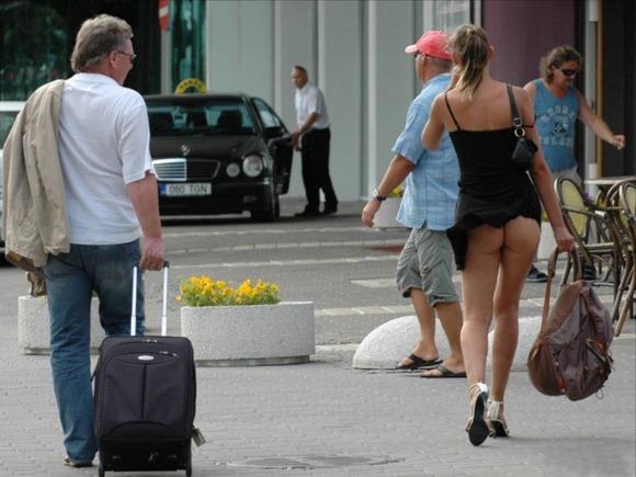 パンチラとか胸チラのレベルが桁違いな素人外人の街撮りエロ画像 260