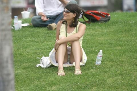 外人娘のパンチラとか胸チラを激写した街撮りエロ画像 2641