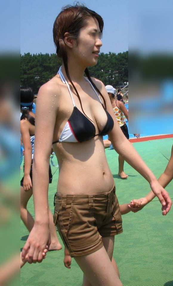 肌に弾ける水滴が卑猥なビキニ姿の素人お姉さんのエロ画像 266