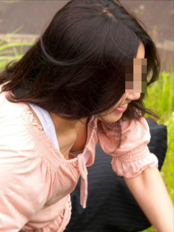 素人のお姉さまが生唾モノのブラチラしてる胸チラエロ画像 2722