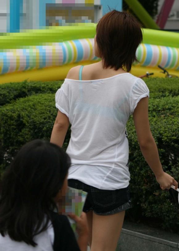 気温が上がって薄着してるお姉さんの透けブラ素人エロ画像 277