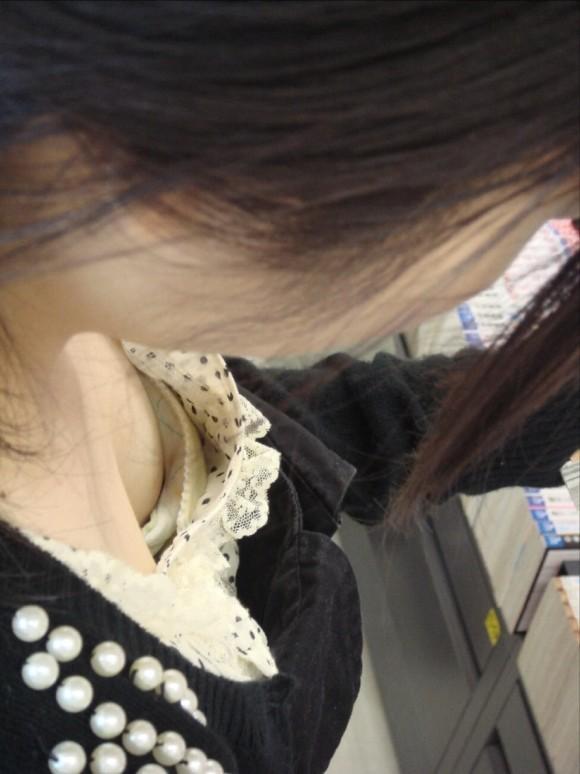 素人のお姉さまが生唾モノのブラチラしてる胸チラエロ画像 2821