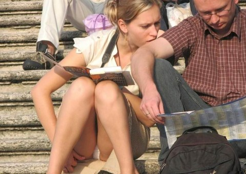 外人娘のパンチラとか胸チラを激写した街撮りエロ画像 2837