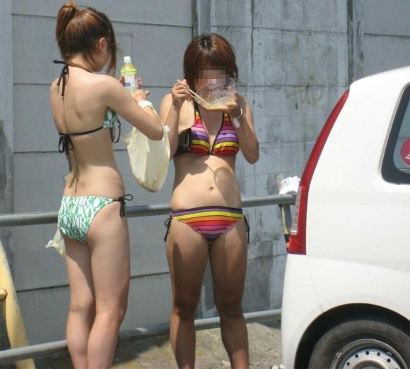 おかずになる為に露出多めの水着を披露するビキニギャルのエロ画像 2943