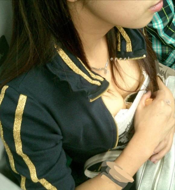 素人のお姉さまが生唾モノのブラチラしてる胸チラエロ画像 3021