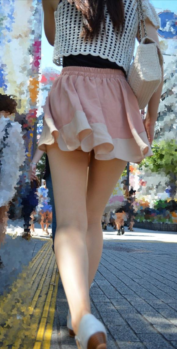 見るなと言いながら男の視線を楽しむ素人娘達の街撮りエロ画像 303