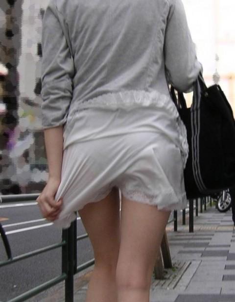 透けパンチラしてる街撮りされた素人娘のエロ画像 3033