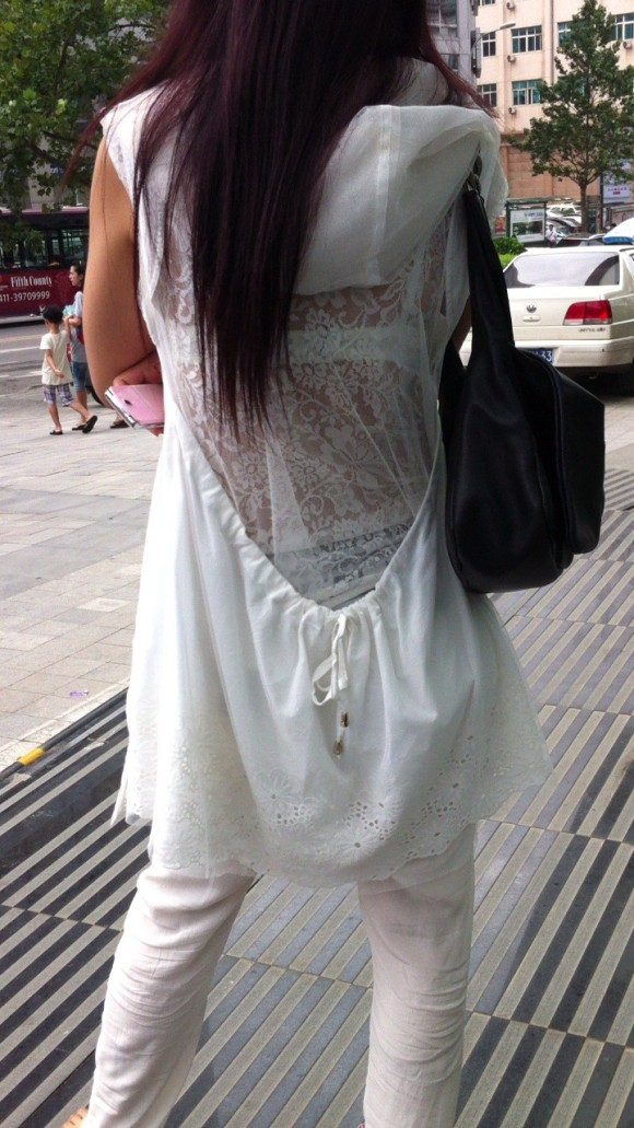 気温が上がって薄着してるお姉さんの透けブラ素人エロ画像 307