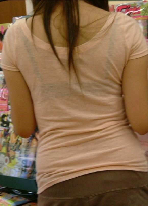 気温が上がって薄着してるお姉さんの透けブラ素人エロ画像 3111