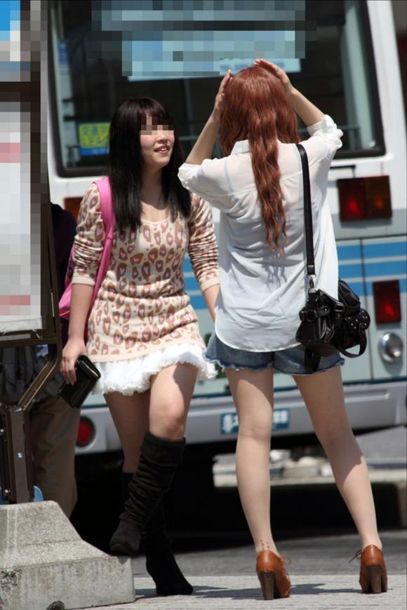 見るなと言いながら男の視線を楽しむ素人娘達の街撮りエロ画像 314