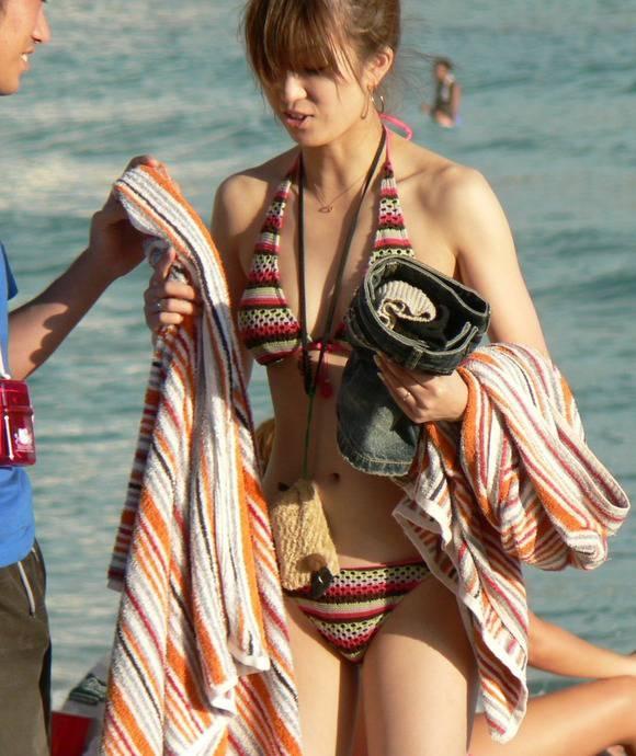 夏の砂浜でビキニを着るとみんなギャルに見えるエロ画像 3149