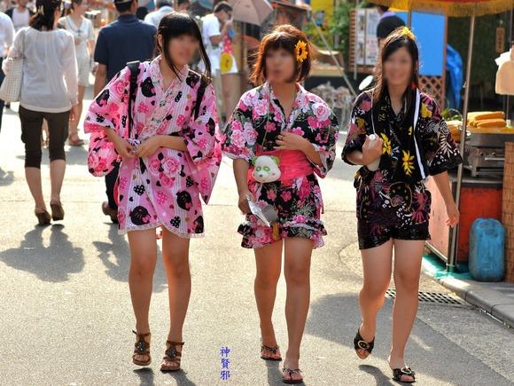見るなと言いながら男の視線を楽しむ素人娘達の街撮りエロ画像 315