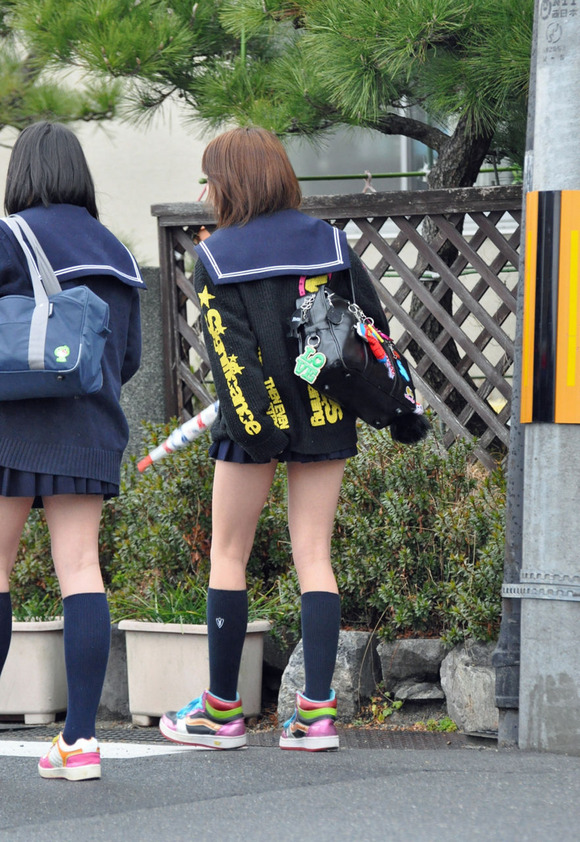 肉がパンパンに詰まった女子校生の太もも街撮り素人エロ画像 3224