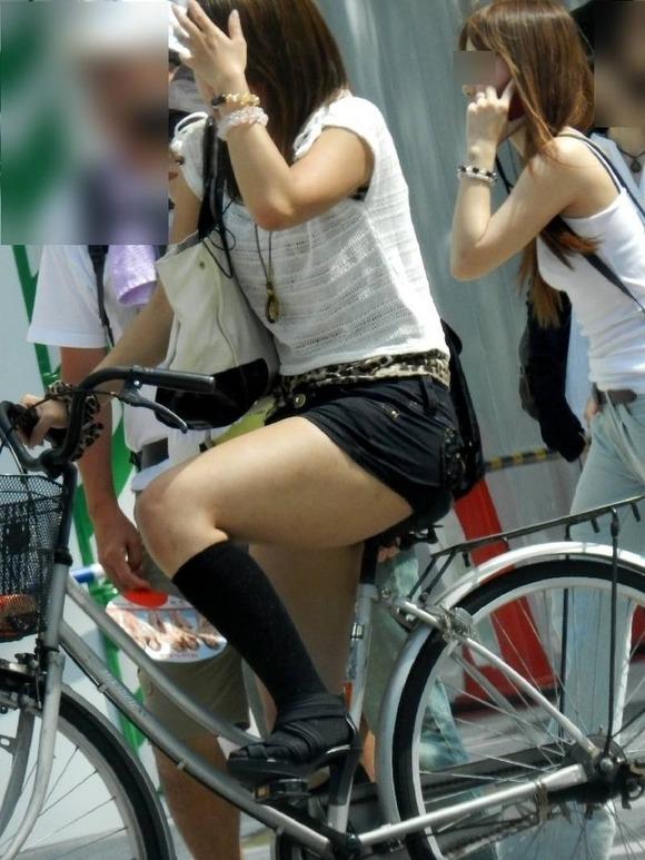 見るなと言いながら男の視線を楽しむ素人娘達の街撮りエロ画像 324