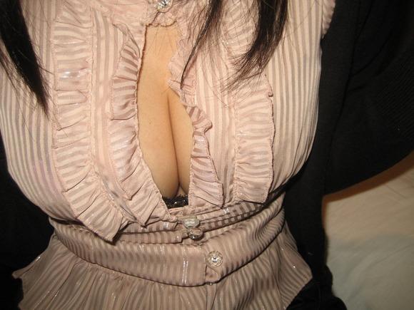 室内で巨乳おっぱいとかパンチラ見せてくれる素人娘のエロ画像 3321