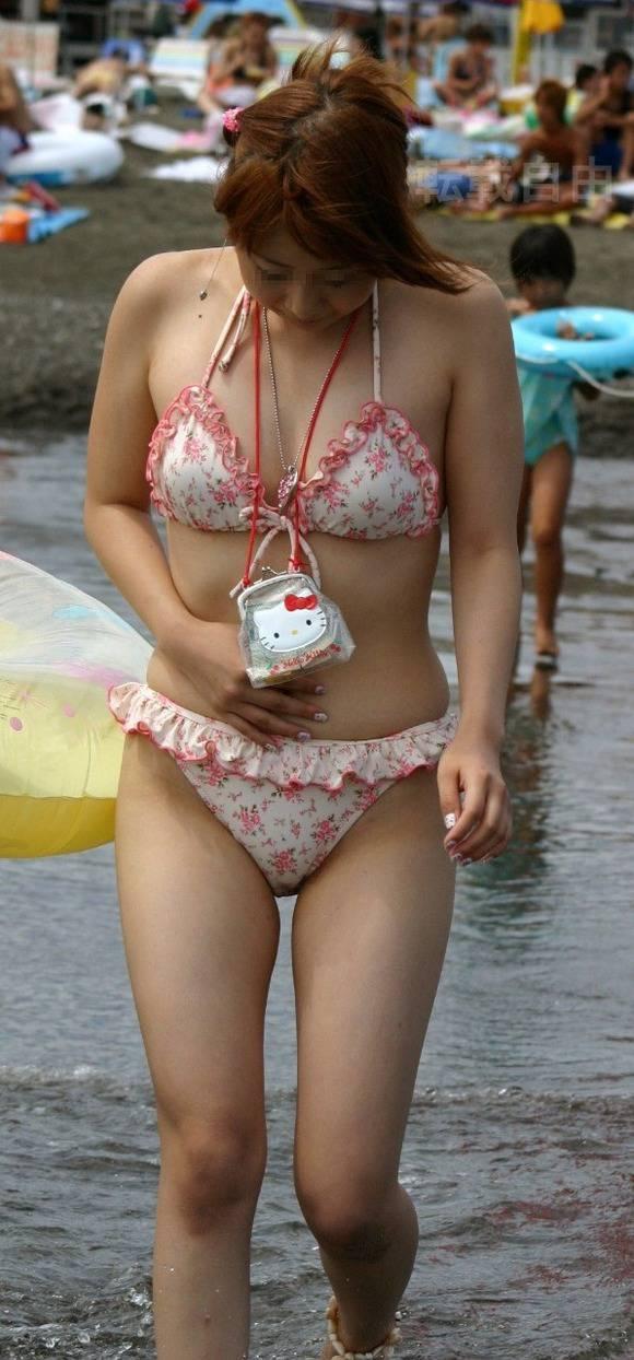 肌に弾ける水滴が卑猥なビキニ姿の素人お姉さんのエロ画像 336